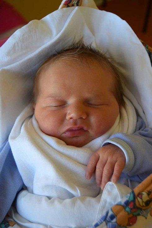Matyáš Šuk se směje na svět od 24. února, kdy se narodil s mírou 50 cm a váhou 3,85 kg. Milující rodiče Jana Purkrtová a Jiří Šuk si Matyáška odvezli domů do Libáně, kde se na něj těšila tříletá sestřička Emmička.
