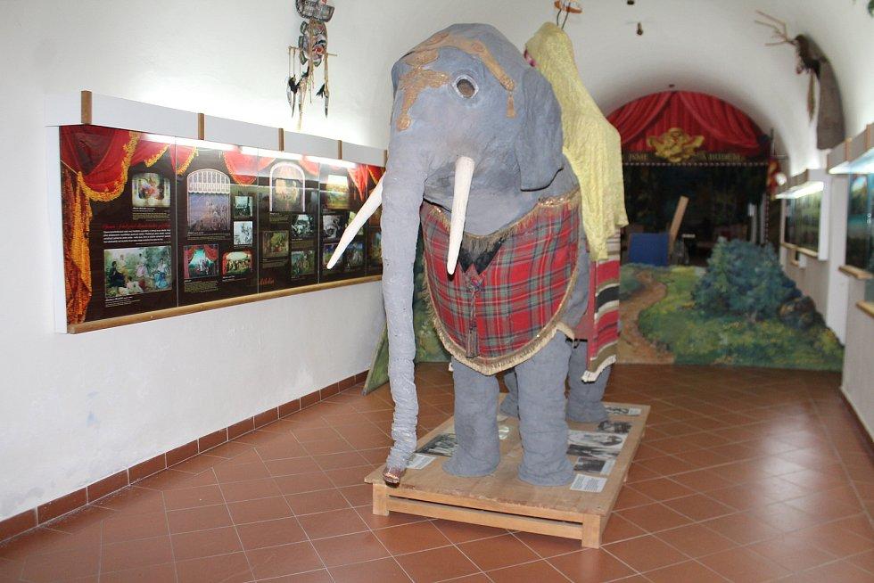Miletínské muzeum zahrnuje historii ochotnického divadla od 12. století až po současnost. ¶Průvodcem je Milan Lánský.