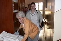 Ze stěhování seniorů.