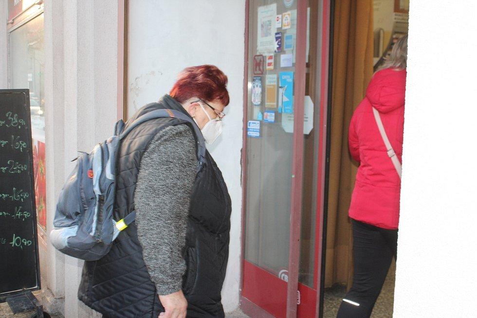 Od dnešního dne je povinné nošení respirátorů. Lidé v Nové Pace v obchodě v Komenského ulici nařízení dodržují. Respirátory zde pořídí i v nedaleké trafice.