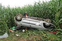 Řidička nezvládla řízení a skončila s autem na střeše.
