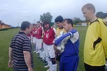 Tři míče získal Češov za prvenství v soutěži. Předal je a k postupu blahopřál člen VV OFS MUDr. Jan Neuman.