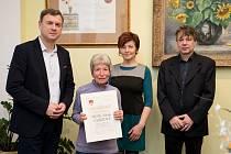 Lékařka Aloisie Chrzová převzala ocenění pro vítěze ankety Osobnost města Hořice 2019.