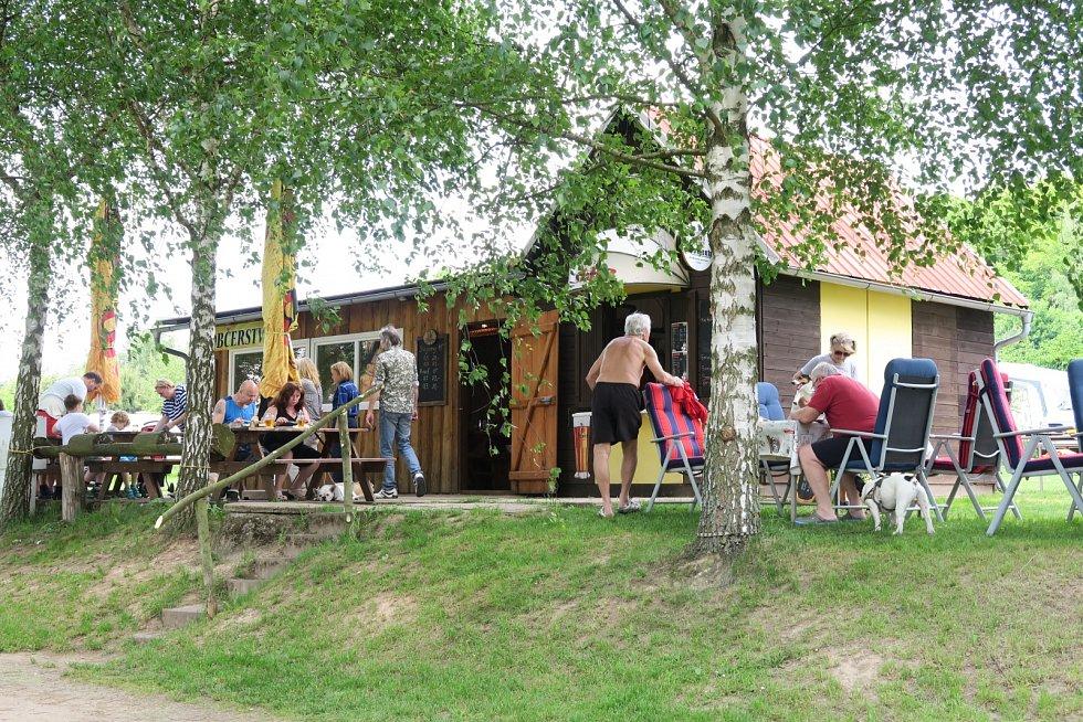 V kempu v Lužanech u Jičína je hned několik míst, kde se rekreanti nebo místní mohou občerstvit, dát si něco dobrého a přitom se pokochat pohledem na rybník Marešák. Jedním z nich je i dřevěný Caravan Club.