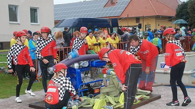 Ze soutěže mladých hasičů.