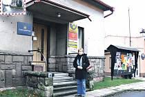 Starostka Zdeňka Brixová před budovou kampeličky v Radimi.