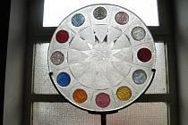 Z instalace výstavy skla Jiřího Ryby ve vokšické galerii.