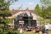 Rekonstrukce přírodního areálu a obecního domečku v Samšině.