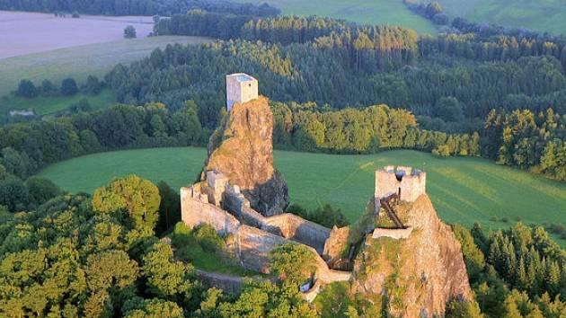 Letní kino na Troskách míří do finále, spojte večerní prohlídku hradu s promítáním české pohádky.
