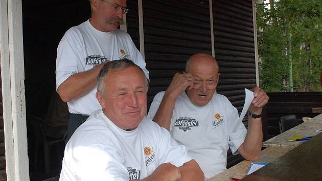 Tři obětaví pořadatelé Milan Říha (vlevo), Ota Fendrych a nad nimi hlasatel Ervín Scholze.