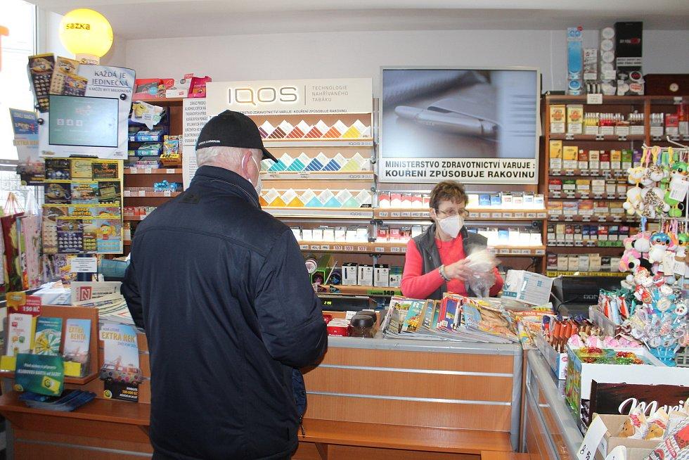 Od dnešního dne je povinné nošení respirátorů. Lidé v Nové Pace v obchodě v Komenského ulici nařízení dodržují.