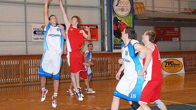 Basketbalisté v domácích zápasech 2. ligy uspěli. Jičínští hráči Libor Švandrlík (číslo 6)  a Kamil Horyna (18)  při útoku.