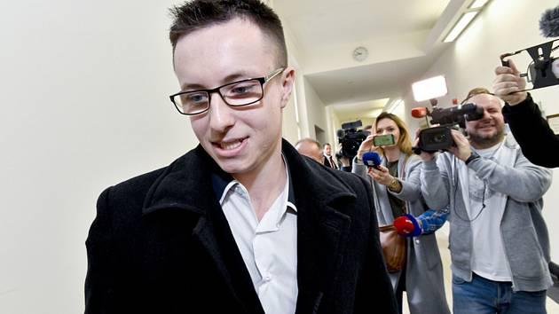 Lukáš Nečesaný odchází ze soudní síně po vynesení zprošťujícího rozsudku u pražského vrchního soudu, který 27. března 2019 znovu rozhodoval v případu pokusu o vraždu kadeřnice v Hořicích na Jičínsku,