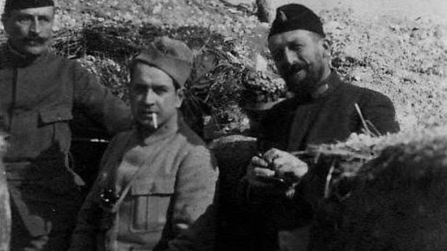 Na fotografii ze zákopů sedící je por. V. Dostal a vedle něho stojící je malíř František Kupka.