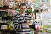 RADOST Z TROFEJE.  Alexandr Řehořek je spokojen, za kuželkářský rok toho stihne hodně, žádný turnaj mu neunikne. Najdete ho v prodejně,  kde také nabízí Jičínský deník.