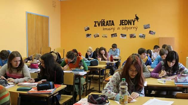 Studenti jičínského Lepařova gymnázia při testu.