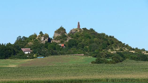 Vrch Veliš u Jičína - archivní snímek ještě s konstrukcí lešení na vrcholu, které již bylo odstraněno.