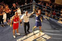 Bojové sporty zkrátka táhnou. Na box v jičínském divadle dorazily stovky příznivců.