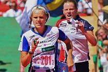 VELKÁ BOJOVNICE. Jeden metr chyběl štafetě České republiky  k zlaté medaili na MS ve Francii, finišuje Dana Brožková.