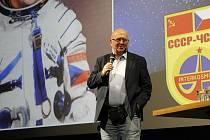 Vyprávění jediného československého kosmonauta poslouchalo zaplněné jičínské kino.