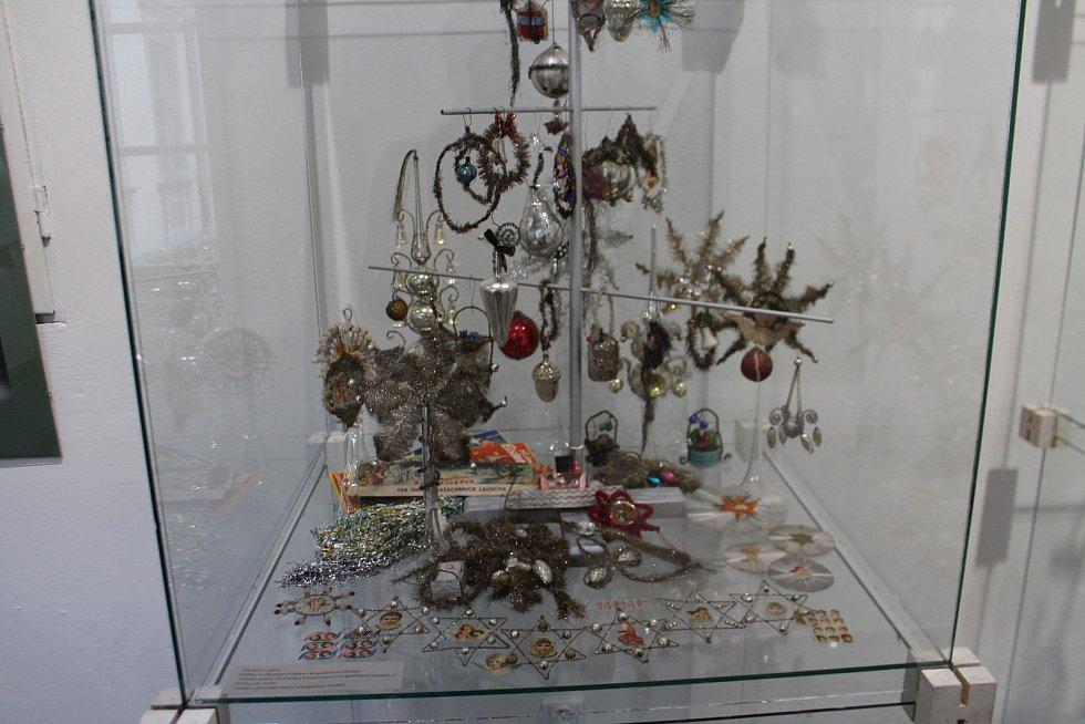 Z výstavy historických ozdob v regionálním muzeu v Jičíně.