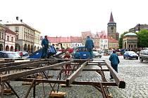 Z výstavby tribuny a hradu na pódiu před festivalem.