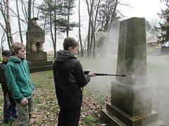 Členové kadetní setniny při údržbě pomníků.