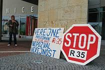 Kritika na hlavu představitelů Libereckého kraje padala především kvůli nedostatečné informovanosti veřejnosti, nejasným odpovědím i neplnění volebních slibů.