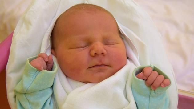 Ema Jiřičková se směje na svět od 16. listopadu, kdy se narodila s mírou 49 cm a váhou 3,44 kg. S rodiči Ivetou Marešovou a Martinem Jiřičkou bude bydlet v Jičíně.