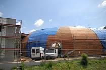 Práce na zastřešení jičínského zimního stadionu.