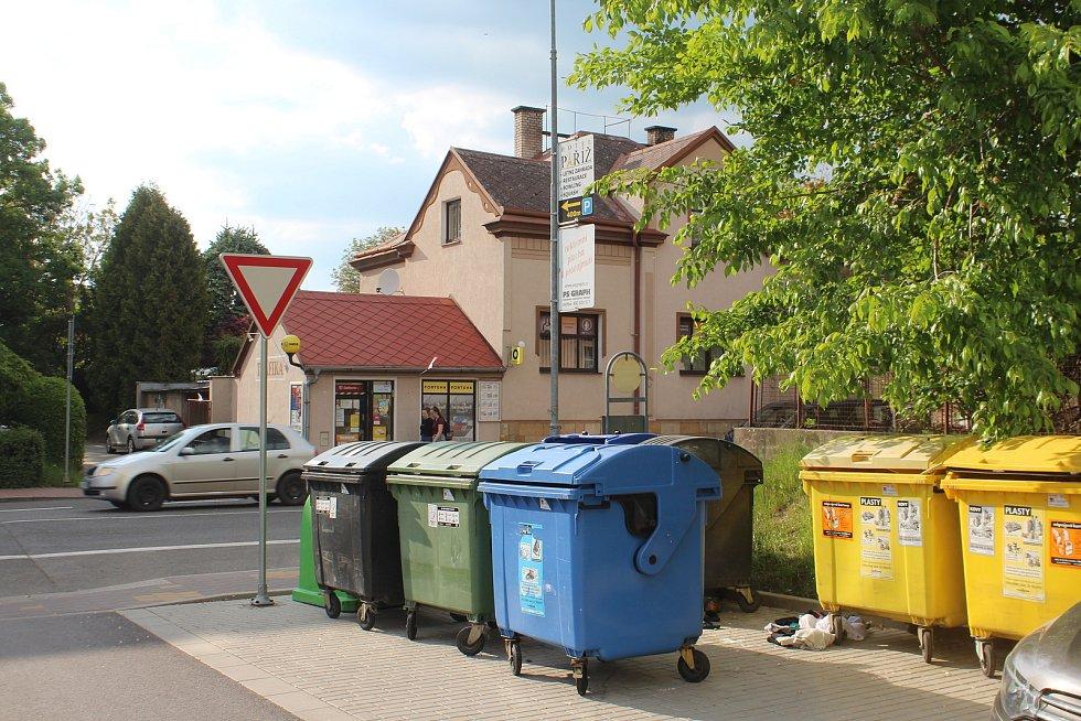 Třídění odpadu na sídlištích podporuje město alespoň instalací barevných kontejnerů.