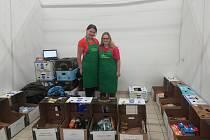 Na dárce v jičínském Tescu čekaly usměvavé dobrovolnice. Nakonec tam od lidí převzali 934 kg zboží, které pomůže potřebným.
