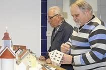 Zdeněk Kouba (vpředu) a Josef Tůma tuší, že je ve finiši čeká s packým modelem náměstí ještě hodně práce. Automodeláři už ale nyní mohou být na své unikátní dílo pyšní.