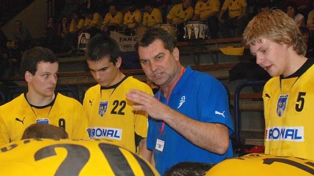 Trenér Petr Babák s hráči.