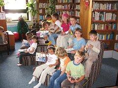 Malí čtenáři v jičínské knihovně.