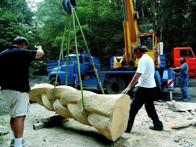 Odvoz soch z hořického lomu.