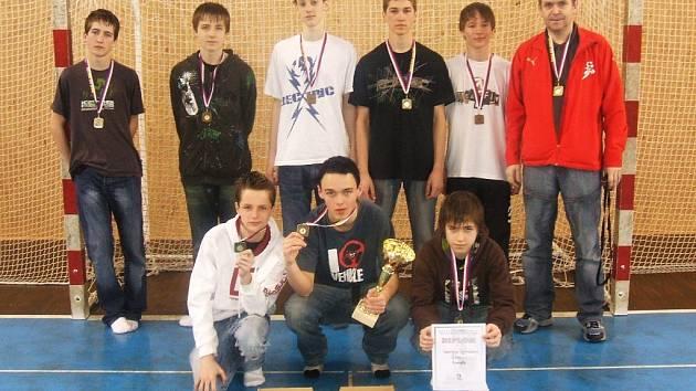 Úspěšné družstvo házenkářů Lepařova gymnázia Jičín, zlaté medaile chlapcům sluší.