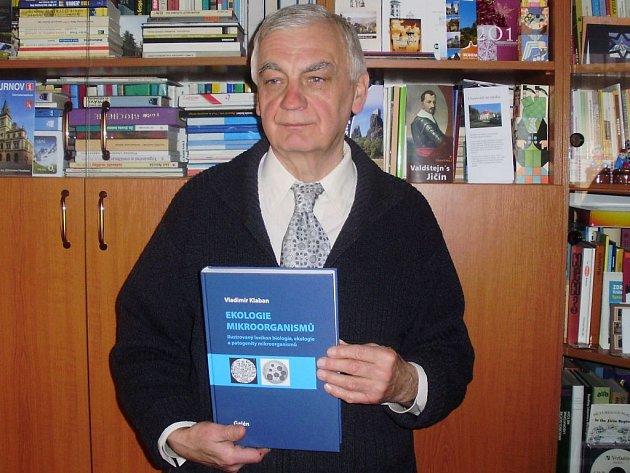 Vladimír Klaban s odbornou publikací o mikroorganismech.