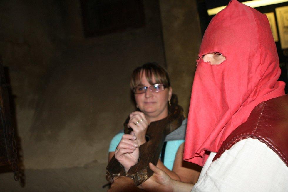 Kat konal povinnost v noci na hradě