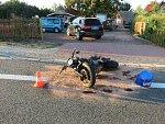 Motorkář se srazil s odbočujícím autem.