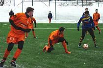 A HRÁLO SE!  Utkání novopackých fotbalistů s druholigovým Varnsdorfem skončilo 0:5 (0:3). Domácí  Jan Rozsévač (vlevo) a Jakub Urbanec (na zemi) atakují rozehrávajícího hráče hostů.