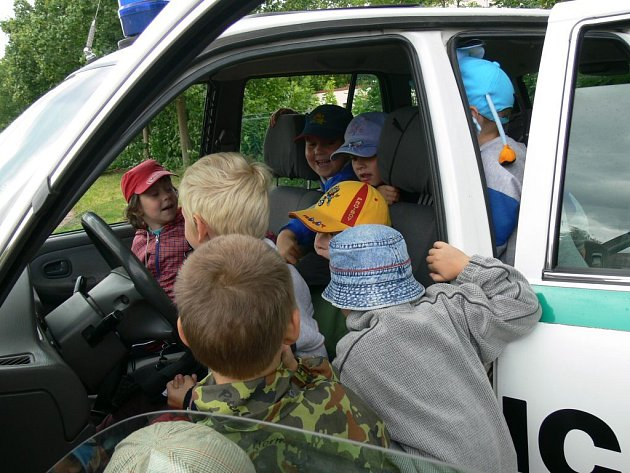 Z novopacké policejní Akce s modrým majákem.