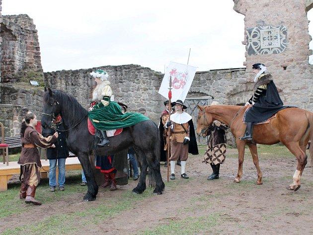 Ze slavnostního otevření hradu Pecka.