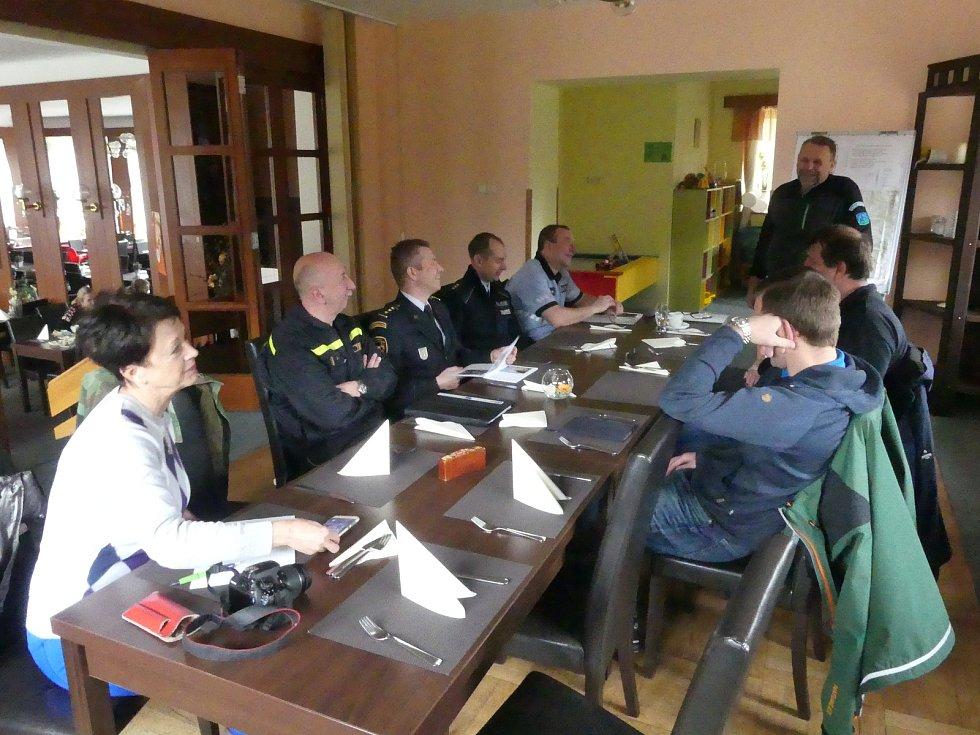 Setkání ochránců přírody s hasiči a policisty v Prachovských skalách.