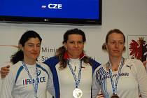 JAROSLAVA VANĚČKOVÁ (uprostřed) se zlatou medailí z mistrovství Evropy, které se konalo v Polsku.