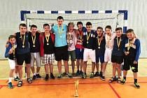 Házenkářské družstvo starších žáků Jičína s pohárem pro přeborníky kraje.