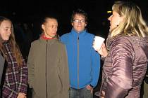 Výroční setkání 17. listopadu u kašny v Jičíně.