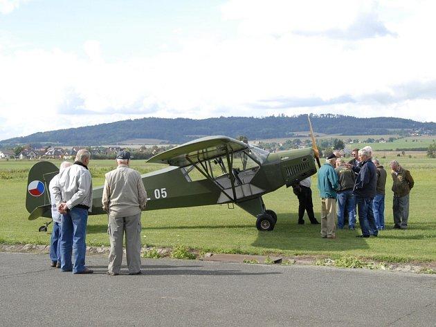 Brádlerův Piper Cub z Lomnice n. Popelkou přiletěl pozdravit pamětníky