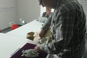 Nález mincí z doby Václava IV. a měděné sekery z období 4000 let před Kristem.