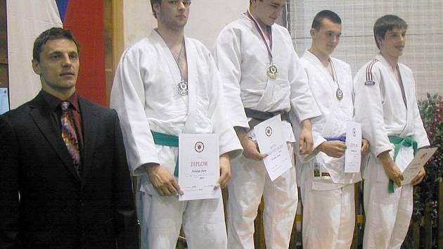 Na stupních vítězů první zleva (v bílém) jičínský judista Petr Jiráček, který vybojoval stříbrnou medaili v hmotnostní kategorii 90 kg, kdy ve finále podlehl Jakubu Červinkovi z Liberce.